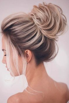 Create the perfect hair bun in seconds with the French Hair Bun Maker Easy but Elegant. It only takes a few minutes to make a special look all by yourself. It keeps your hair neat, sexy and tidy. Best Wedding Hairstyles, Braided Hairstyles, Popular Hairstyles, Amazing Hairstyles, Bridesmaids Hairstyles, Prom Hairstyles, Pretty Hairstyles, Middle Hairstyles, Winter Hairstyles