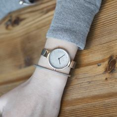This Obaku watch is a beautiful timepiece that highlights both cool steel and warm rose gold. A true stunner, we carry this brand in our store. To see more of our Obaku collection, click https://www.uretilalt.dk/brands/obaku-ure