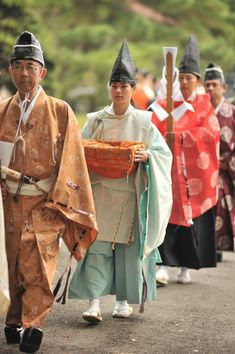At last weeks budo tournament in Tokyo's Meijijingu grand shrine I saw this procession of archers making their way from the shrine ceremony to the archery, kyudo, range or dojo. There had bee… Japanese Monk, Japanese Art, Heian Era, Turning Japanese, Japanese Outfits, Folk Costume, Japanese Culture, Historical Clothing, Archery