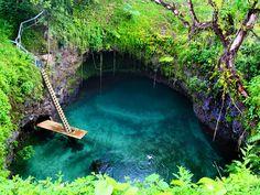 To Sua Ocean Trench en Somoa, el agujero grande. Una piscina natural de agua de mar cristalina.