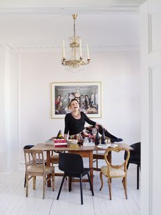 """Our favorite comedian (she is like a bottle of bubbles) Else Kåss Furuseth (and her lovely dining place) """"I never tidy and my oven is not even connected!no Photo by Yvonne Wilhelmsen Comedians, Oven, Bubbles, Dining Table, Bottle, Places, Interior, People, Furniture"""