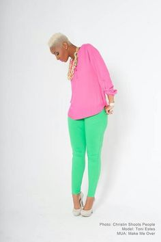 Green pants, pink top, chunky gold jewelry LOVE THIS! Green Fashion, Look Fashion, Womens Fashion, Fashion Ideas, Fashion Trends, Look 2017, Color Blocking Outfits, Do It Yourself Fashion, Green Pants