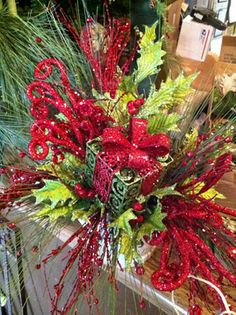 Christmas floral arrangement by @housebyjsd