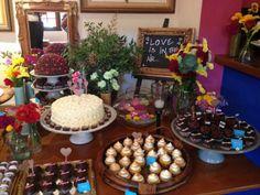Parte de mesa de doces do casamento colorido, com cupcakes, bolos, copinhos de brigadeiro e muito mais...