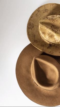 It's all about the American made fall felts. We decided to sprinkle a touch of Western influence with a contemporary flare. Dope Hats, Fall Hats, Leather Hats, Outfits With Hats, Hats For Men, Mens Fashion, Style Fashion, Bohemian Style, Cowboy Hats