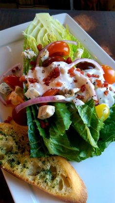 Romaine Wedge Salad with Creamy Gorgonzola Dressing and Garlic-Parmesan Toasts – Dinner Is Served Clean Eating Salads, Healthy Salads, Healthy Eating, Healthy Recipes, Wedge Salad, Salad Bar, Soup And Salad, Rabbit Food, Dinner Is Served