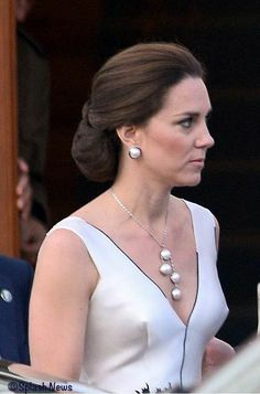 The Duchess is Daring in Gosia Baczyńska Party Frock - What Kate Wore Kate Middleton Legs, Kate Middleton Family, Kate Middleton Photos, Prince William And Catherine, William Kate, Princesse Kate Middleton, Herzogin Von Cambridge, Kate And Meghan, Party Frocks