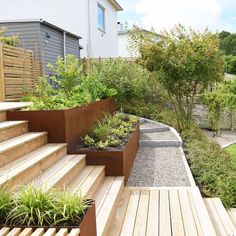Seeing big differences in height as an asset does a lot for the successful result in your garden. Deck Design, Landscape Design, Back Gardens, Outdoor Gardens, Garden Cottage, Home And Garden, Vegetable Garden Design, Outdoor Living, Outdoor Decor