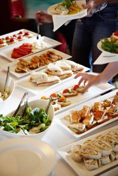 Buffet dînatoire ou repas servi à table pour le mariage