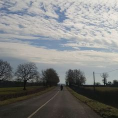 Partir  à  la découverte  des autres enrichit l'esprit.... #nature#landscape#road#burgundy#cloudy#day#instalikes#word_beautiful_skies#ir_ig_nature#ig_global_life#igersbourgogne#welovebourgogne#bns_france#ig_sanat#ig_today#turkobjectif#like4likes#goodevening#haveaniceday