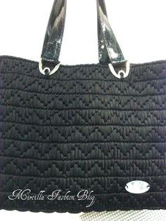 TUTORIAL FETTUCCIA NELLA RETE Crochet Handbags, Crochet Purses, Clutch Bag, Tote Bag, Canvas Purse, Diy Purse, T Shirt Yarn, Knitted Bags, Purses And Handbags