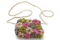 A guide on how to make cute little bag/purse with flowers for spring days wich are coming, . I have made this crochet flower bag with 4 different colors of yarn but if you want to add more colors. Diy Crochet Bag, Crochet Simple, Crochet Purses, Knitting Patterns, Crochet Patterns, Flower Bag, Crochet Cross, Crochet For Beginners, Knitted Bags