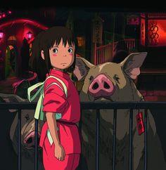 Chihiro, a tízéves, önfejű kislány meg van győződve arról, hogy az egész világ körülötte forog - épp ezért képtelen belenyugodni abba, hogy szüleivel új városba költözik, és csalódottságát meg sem próbálja leplezni az utazás alatt. Amikor az erdőben eltévedve egy különös zsákutca végére érnek, a kis család rábukkan egy sötét alagútra, amelynek másik végén szellemváros fogadja őket.