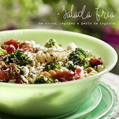 Salada fria de massa, legumes e pesto de iogurte