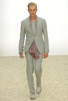 See the complete Ermenegildo Zegna Spring 2012 Menswear collection.