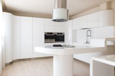 Functionality, comfort and aesthetics are the cornerstones of every kitchen. this post will feature 12 exquisite kitchen designs celebrating innovation. White Interior Design, Interior Design Kitchen, Kitchen Designs, Kitchen Ideas, Innovation, Office Space Design, Cuisines Design, Style Vintage, Office Furniture