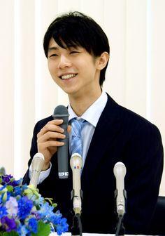 記者会見で笑顔を見せる羽生結弦 @朝日デジタル