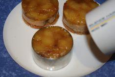 Recette des Tatins de Foie Gras: -4 tranches de pain d'épices -4 tranches de foie gras (conserver le gras jaune qui se trouve au dessus) -3 ou 4 pommes -2 ou 3 bonnes pincées de mélange de 4 épices -1/2 verre à digestif de cognac ou de calvados -10g de sucre -sel, poivre Couper des tranches pas trop épaisses de pain d'épices. Avec un cercle de 6cm, tailler directement dans la tranche comme un emporte pièce. Faire de même avec le reste des tranches. Couper 4 bonnes tranches de foi...
