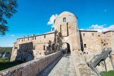 I Sorano i Sør-Toscana forstår du betydningen av beskyttelse i middelalderens Italia. Byen ligger dypt nede i et gjel. Og over vokter denne borgen. Mansions, House Styles, Home, Italia, Manor Houses, Villas, Ad Home, Mansion, Homes