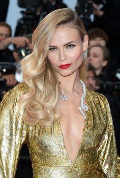 Natasha Poly adopte le look glamour avec de larges boucles et un rouge vif sur les lèvres !