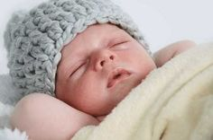 Die meisten der Mützen die gekauft werden, rutschen leicht über Augen und Nase, darum am besten eine Mütze nach Babys Kopf häkeln. So eine Mütze kann auch von einer Anfängerin mit etwas Geschick leicht selbst gefertigt werden. Unsere Mütze soll vor allem eines sein, und zwar weich und kuschelig. Das bekommt jeder leicht hin, wenn eine ziemlich große Häkelnadel verwendet wird, natürlich ...