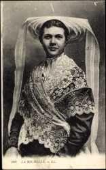 Postcard La Rochelle Charente Maritime, Frau in traditioneller Tracht