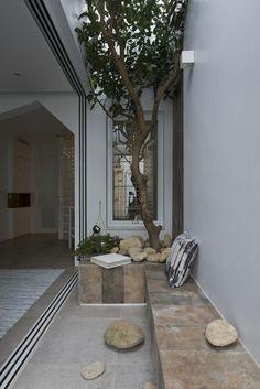 全開口のスライドドアでリビングとつながる2階のバルコニーの屋外リビング バルコニー側から屋内を
