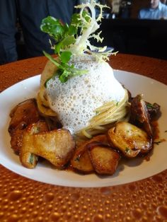 Les fabuleuses spaghetti aux cèpes chez Robuchon à l'atelier : http://www.gillespudlowski.com/59301/restaurants/mes-pates-au-cepes-chez-joel-robuchon-paris-7e