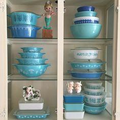 Summer pyrex display! More Vintage Dishware, Vintage Dishes, Vintage Ceramic, Vintage Kitchen, Vintage Decor, Vintage Pyrex, Pyrex Display, Retro Appliances, Budget