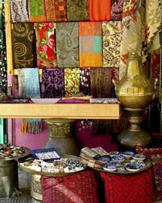 The market offers a fascinating variety of lively shops and stalls, from mixed nuts and spices, to different kinds of sweets and pastries, vegetables and falafel, along with souvenirs, ceramics and oriental jewels and cloths.