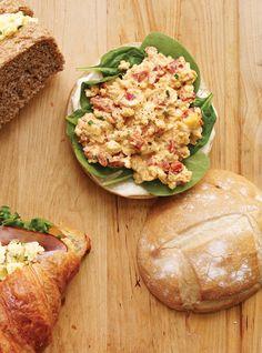 Sandwich aux oeufs et au poivron rôti