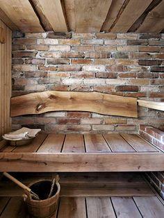 Kaipaako kesämökin sauna jo remonttia? Katso 6 persoonallista ideaa! - Asuminen - Ilta-Sanomat---Voiko tämän tunnelmallisempaa saunaa olla? Upeat leveät leppälauteet ja esiin kaivettu vanha tiiliseinä ovat sellaisenaan kauniita, joten enempää koristeluja ei tarvita. Kuva: Martti Järvi / Glorian Koti