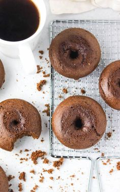 chocolate protein donuts Vegan Donut Recipe, Easy Donut Recipe, Donut Recipes, Muffin Recipes, Healthy Recipes, Dessert Cake Recipes, Fun Desserts, Chocolate Donuts, Chocolate Recipes