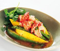 Detta är en enkel förrätt med avokado och mango som smakar ljuvligt gott. Avokado, kräftstjärtar och mango samspelar fint med den ljuva dressingen av sweet chilisås och koriander vilket gör denna förrätt till en succé.