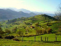 Pico Castiello (449 metros), en cuya cima se pueden ver aún los restos de lo que fue el castillo de Tudela.