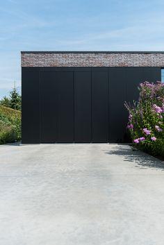 De garagepoort bekleed met trespa panelen, foto Ian Segal, 1029GYBE stam.be