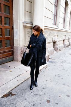 It's definitely getting into scarf season now! Marianna Mäkelä embraces the scarf trend; sticking to an all black theme in a dark, oversized and fringed piece. Coat: Zara, Scar: Acne, Leggings: BikBok, Bag: Givenchy, Boots: Ralph Lauren, Gloves: H&M.