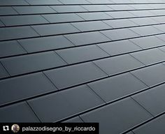 What is good to know about Tesla solar roof? The solar roof complements the architecture of your home, turning sunlight into electricity. Diy Solar, Eco Energie, Alternative Energie, Eco Construction, Solar Shingles, Roofing Shingles, Solar Licht, Solar Roof Tiles, Tesla Roof Tiles