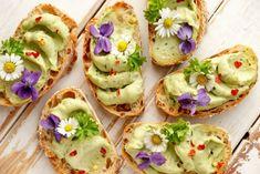 Avocado paste recipe +Ways to Pretty Up Your Food With Edible Flowers - The Spice Chica™ Avocado Toast, Avocado Spread, Avocado Butter, Avocado Pesto, Vegetarian Day, Vegan Starters, Paste Recipe, Butter Recipe, Easy Healthy Breakfast