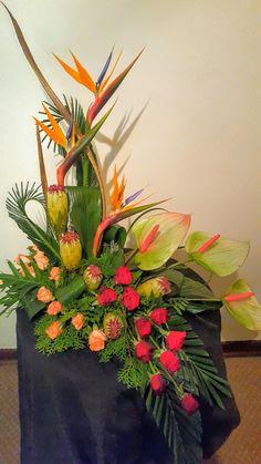 Diseño floral Altar Flowers, Flowers Gif, Church Flowers, Funeral Flowers, White Flowers, Beautiful Flowers, Flowers Garden, Contemporary Flower Arrangements, Tropical Floral Arrangements