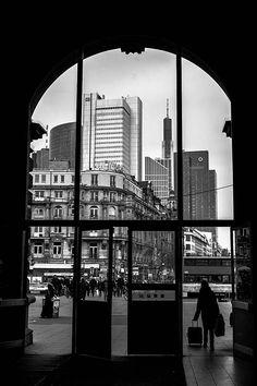 Black and White Photography (Schwarz-Weiß-Fotografie) - Frankfurt am Main Hauptbahnhof / Central Station - Photo: Tim Münnig