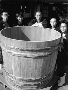 木桶 a large wooden vessel