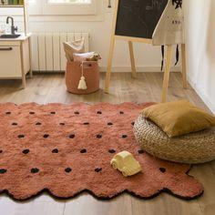 La alfombra Biscuit terracota, es una alfombra realizada a mano cuidadosamente una a una y de forma artesanal. Pueden producirse pequeñas variaciones de color y forma en la que recibas en casa, por favor, no lo tomes como un defecto, tu alfombra es una pieza única.