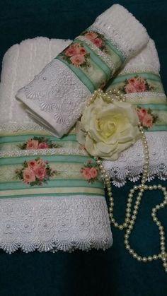 Jogo de toalha de banho 3 peças, banho rosto e lavabo. Toalha felpuda 100 % algodão, com estampa de rosas delicadas, barrado de guipir com detalhes em pérolas bordadas manualmente. Uma peça luxuosa para quem quer ter um banheiro decorado com requinte e bom gosto. Ideal também para presentear quem...