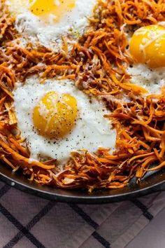 """ovos em """"cama"""" de batata doce com apenas 3 ingredientes"""