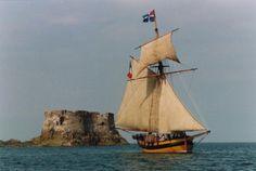 """Le Renard"" près du fort de la Conchée, Saint-Malo Little Britain, Old Sailing Ships, Ocean Shores, Wooden Ship, Small Boats, Places Of Interest, Shipwreck, Wooden Boats, Tall Ships"