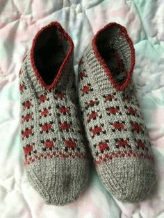 Knit Slippers Pattern, Knitted Slippers, Slipper Socks, Knit Socks, Knitting Socks, Hand Knitting, Knitting Patterns, Grace And Lace, Grey Socks