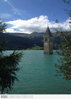 A church in Italy Ik ben hier ooit geweest, hij staat ergens op een foto. In dat geval is ergens in zuid-Tirol. ( want dat is de enige plaats in Italië waar ik geweest ben.)