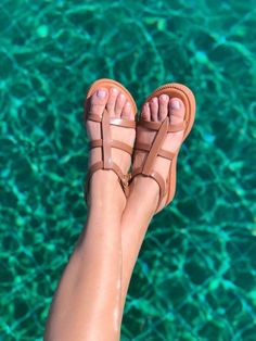A Rasteirinha Caribe surge ainda mais encantadora na Coleção. Com design inovador é uma releitura da sandália gladiadora . palmilha confortável, tiras largas nas laterais além de um cabedal em linhas retas super moderno cheio de estilo. Combine com saias, vestidos e jeans deixando aquele look básico ainda mais lindo, aposte! Jeans, Shoes, Design, Fashion, Women's Sandals, Women's Clothes, Fashion Eye Glasses, Straight Lines, Caribbean