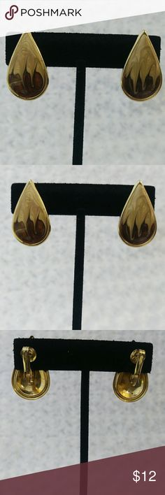 VINTAGE Brown & Tan Swirl Enamel Earrings These pretty clip back earrings are tear drop shaped with pearlized brown and tan enamel swirls set in a gold toned metal. Unmarked in excellent vintage condition. Circa 1980s. One and one quarter inches long by three quarters of an inch wide. Vintage Jewelry Earrings